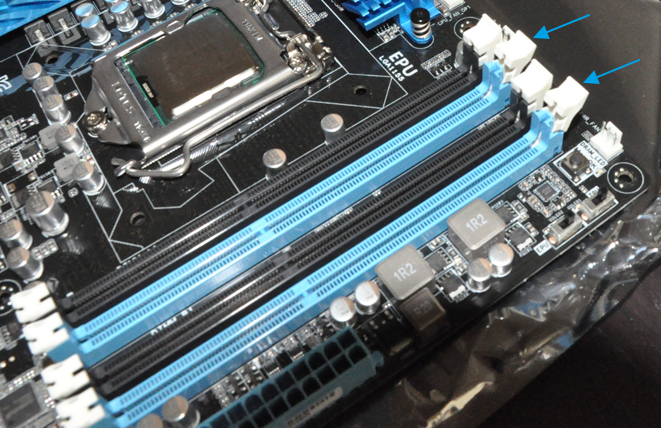 Ouverture des loquets des ports des barrettes de RAM