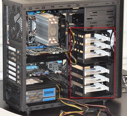 Les disques durs et SSD se placent dans les tiroirs prévus à cet effet, à l'avant de la tour