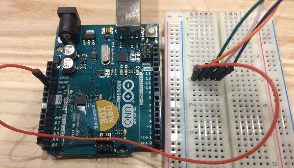 Tous les fils sont connectés à l'alimentation 5V de la carte Arduino via la breadboard