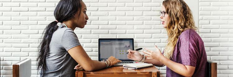 Deux personnes en séance de tutorat