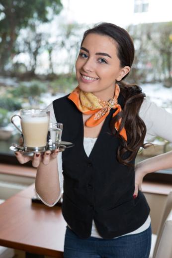 Une serveuse vous tend une boisson avec le sourire
