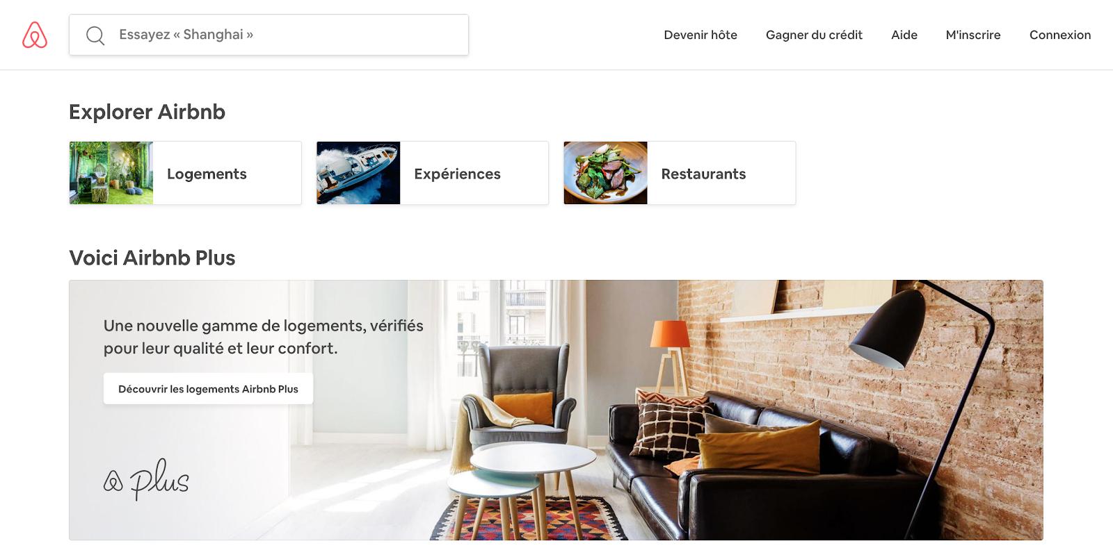 Page d'accueil du site Airbnb qui cible avant tout les voyageurs : on y voit en premier lieu les logements, les expériences et les restaurants disponibles.