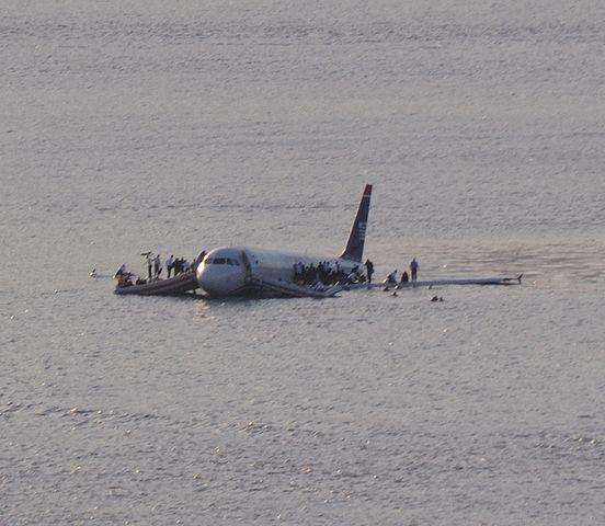 Source: https://commons.wikimedia.org/wiki/File:Plane_crash_into_Hudson_Rivercroped.jpg