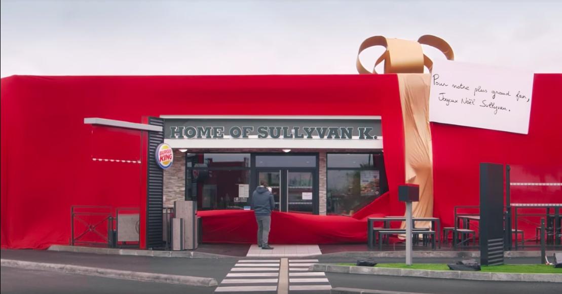 Un client fan de Burger King découvre la devanture d'un magasin ouvert à son nom.