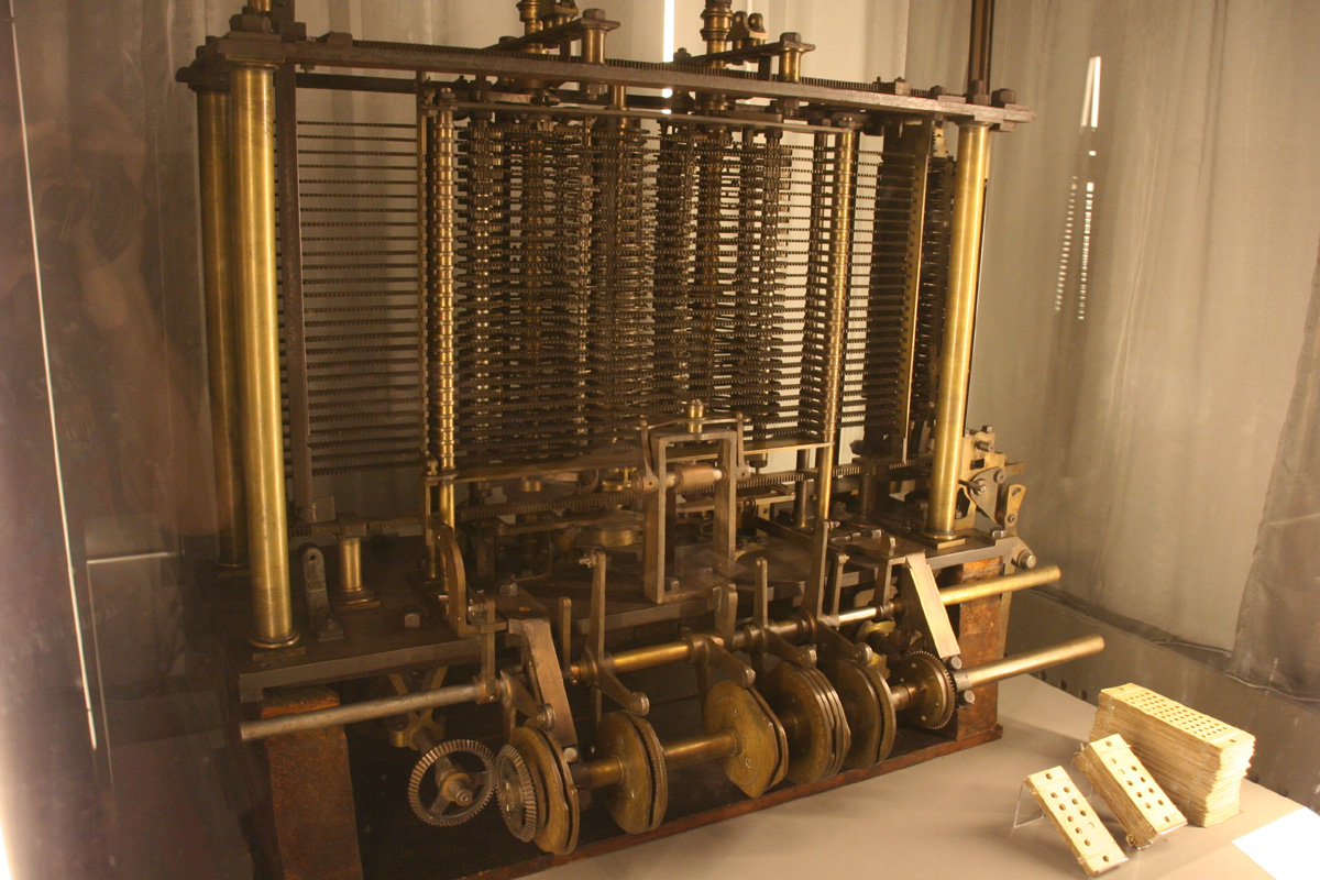 Reconstitution moderne de la machine analytique de Babbage (source, http://www.mathouriste.eu/Ada/Mach_Anal_Cartes.JPG)