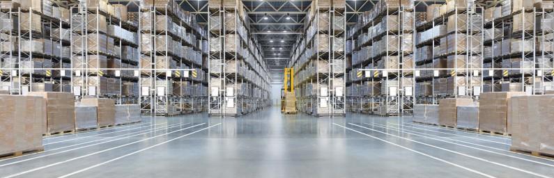 Boites stockées dans un entrepôt