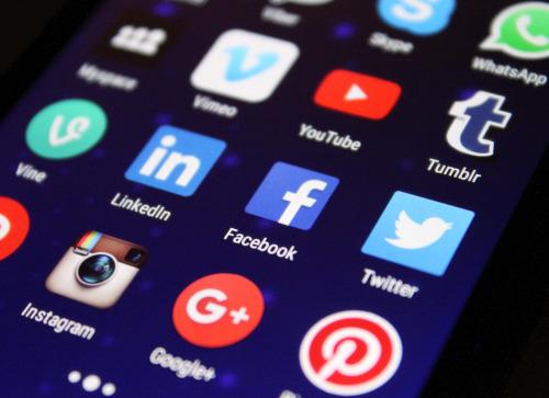 Aperçu d'un écran de smartphone montrant plusieurs applications mobiles de réseaux sociaux