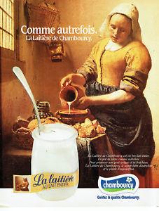 Campagne la laitière 1985 : une femme verse du lait dans une poterie
