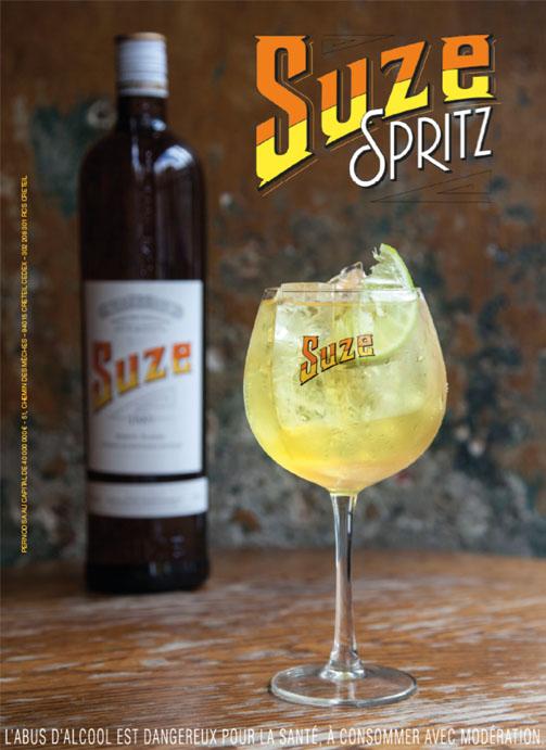 Présentation d'une bouteille de Suze et d'un verre de Suze