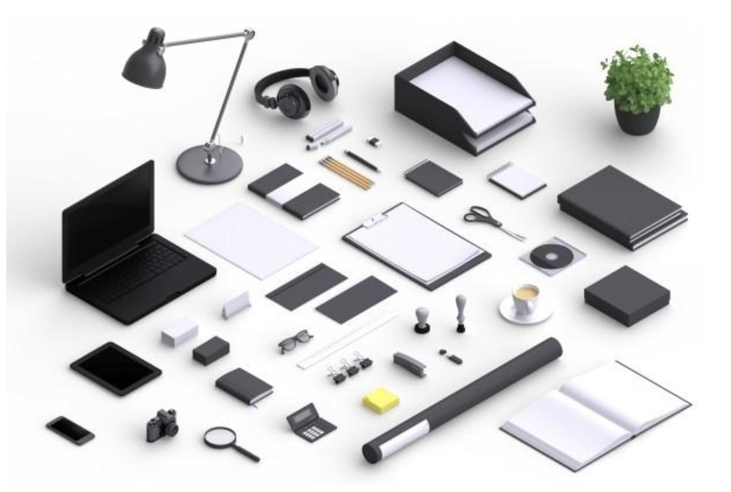 Un bureau avec de nombreux objets : ordinateurs, lampe, casque, cahiers de toutes tailles, lunettes, une plante, des crayons, etc.