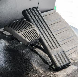 Pilotage de l'accélérateur et freins - Source : Adobestock