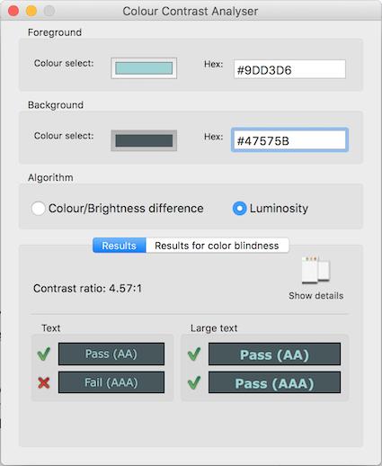 Un outil d'analyse de contrast qui montre du texte bleu clair sur un fond gris foncé. Le ratio de contrast est de 4,57:1, validant les prérequis pour un texte classique de niveau AA et pour du texte en grand et gras pour les niveau AA et AAA.