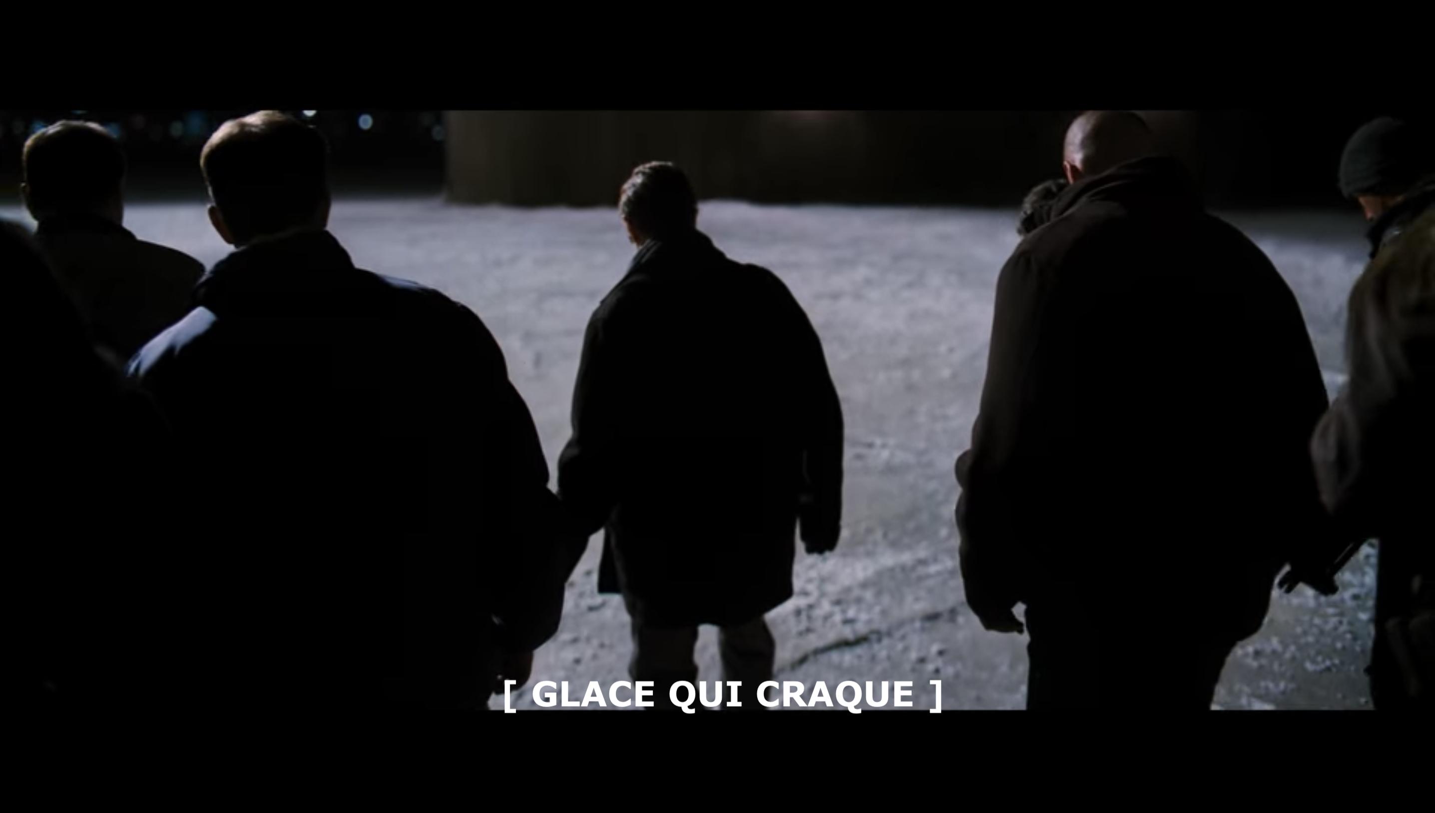 Groupe de personnes qui marchent sur la glace. Les télétexte indique
