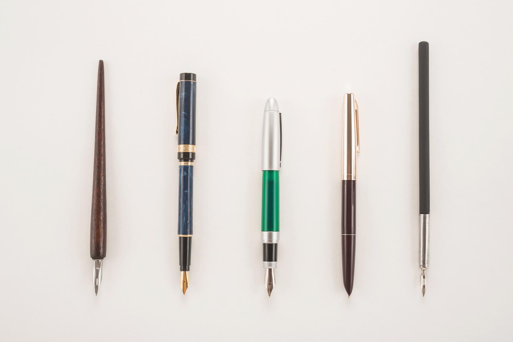 Photos de stylos plumes posés sur une table